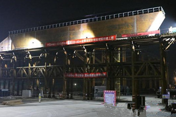 潍莱高铁新进展!跨青荣铁路特大桥框架墩钢横梁完成拖拉