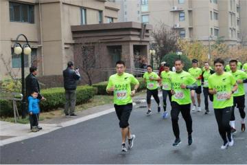 全国首场!青岛居民小区里办起半程马拉松比赛