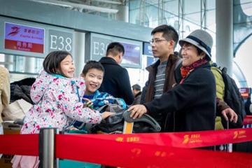 踏上溫暖回家路 攝影師在青島機場拍下春運表情圖
