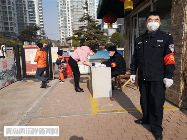 兩河路社區工作人員在發放臨時通行證.jpg