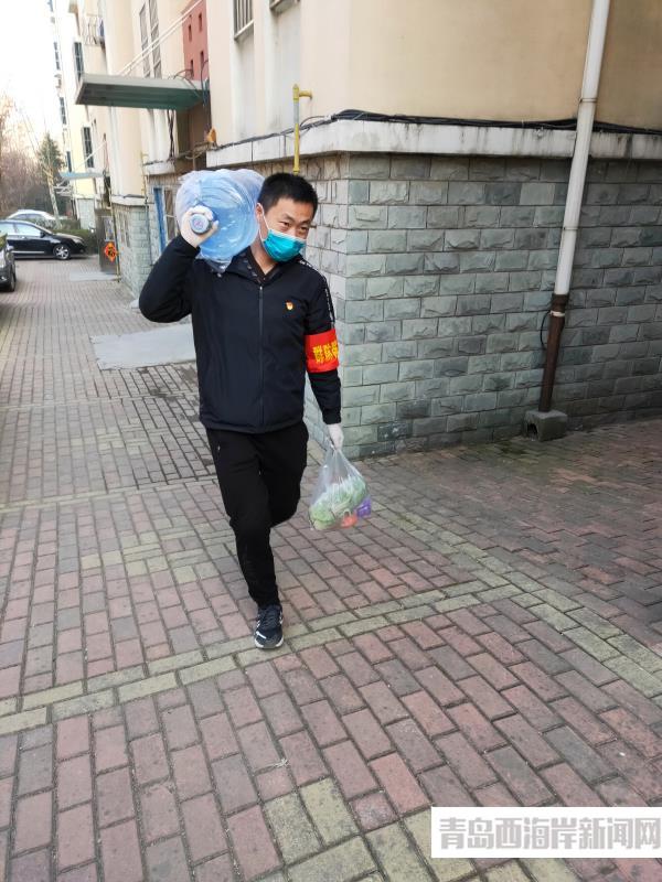 盧海軍為隔離居民送水送菜.jpg