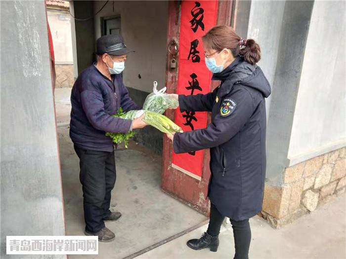 刘晓君为老人送去代购蔬菜.jpg