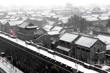 青岛鼠年初雪今晨飘落 雾雪雨一片茫茫世界
