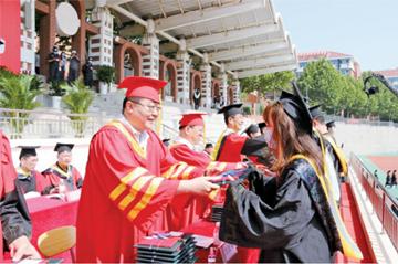 青岛理工大学举行西海岸今年首场高校毕业典礼,未返校学生通过直播观看