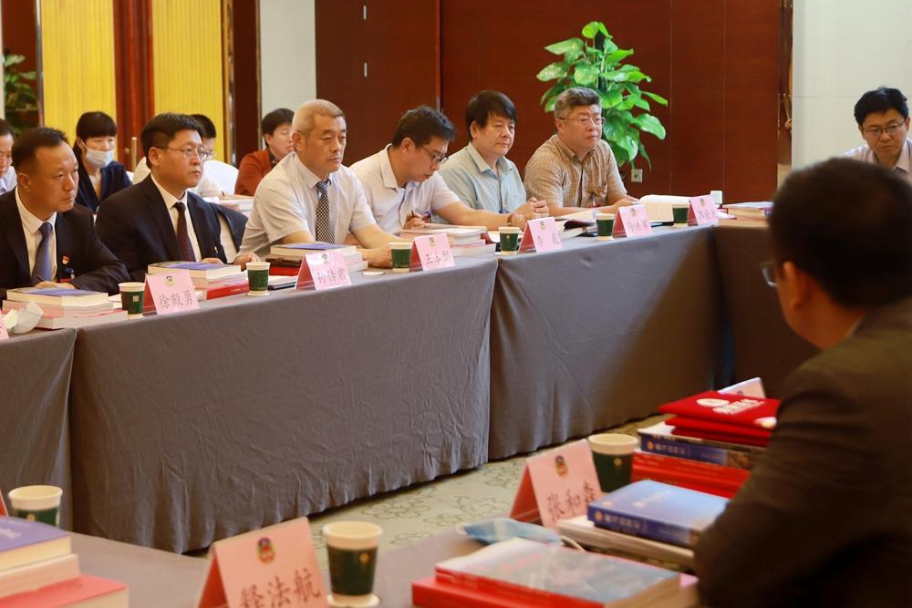 政协委员们参加分组讨论。记者 王培珂 报道.jpg
