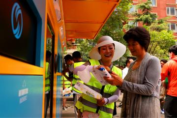 Xin视频丨小区安上智能垃圾分类回收箱