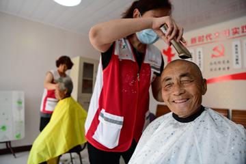 Xin视频丨村里来了剃头匠