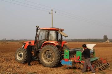 六汪镇:万亩高效粮油作物种植示范区项目开始播种小麦