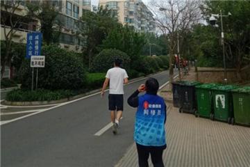 薛家岛街道:居民楼冒浓烟,网格员冲在前