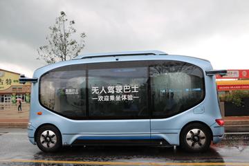 自动驾驶巴士在青岛西海岸新区首次与市民见面
