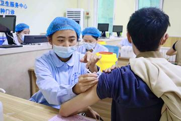西海岸新区市民有序接种新冠疫苗加强针