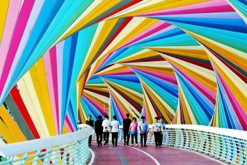 彩虹桥上健身游乐忙