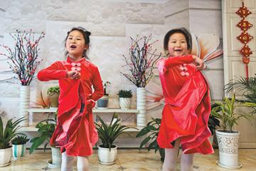 农村娃 线上学舞蹈(解码·假期怎么过)